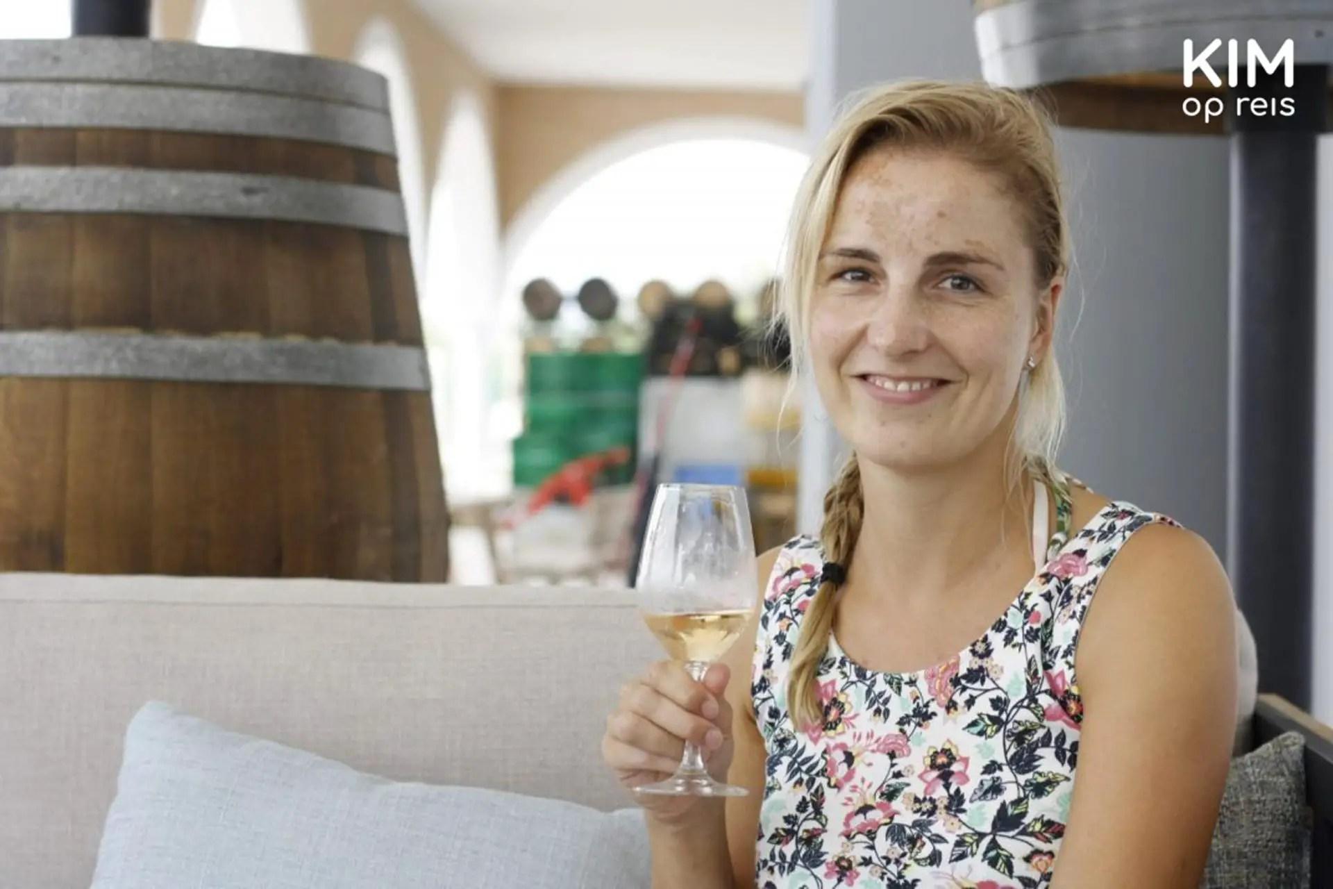 Wijnproeven Ibiza - Kim houdt een glas wijn vast