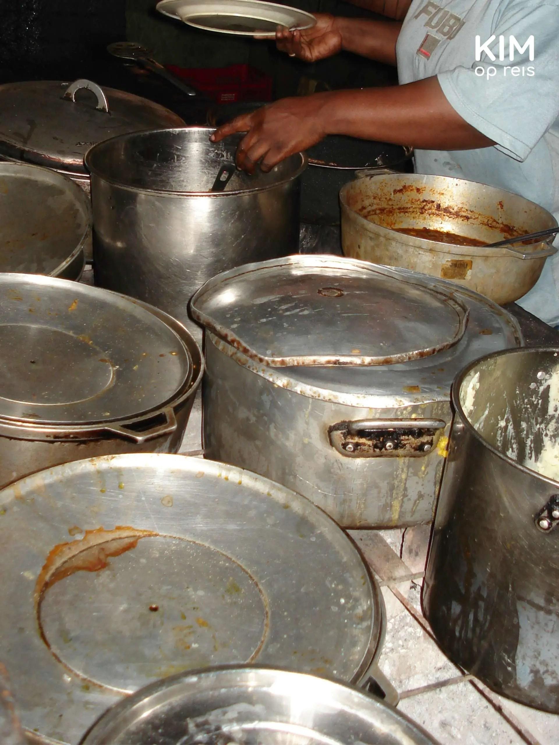 Plasa Bieu Curacao 2006: vieze pannen op een tafel
