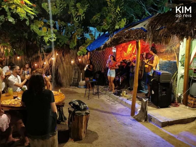 Isla Holbox ROOTS live-optreden: optreden van een band met zangeres