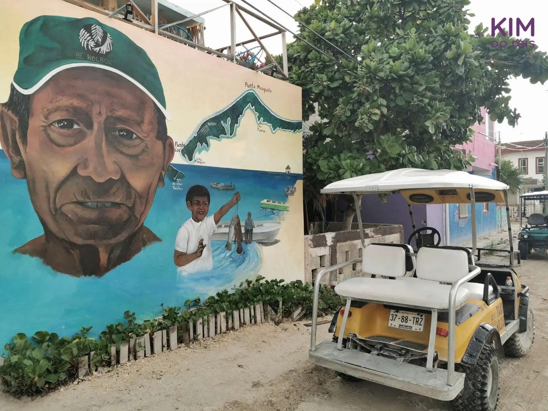 Isla Holbox golfkar streetart: een golfkarretje staat voor een muur met streetart