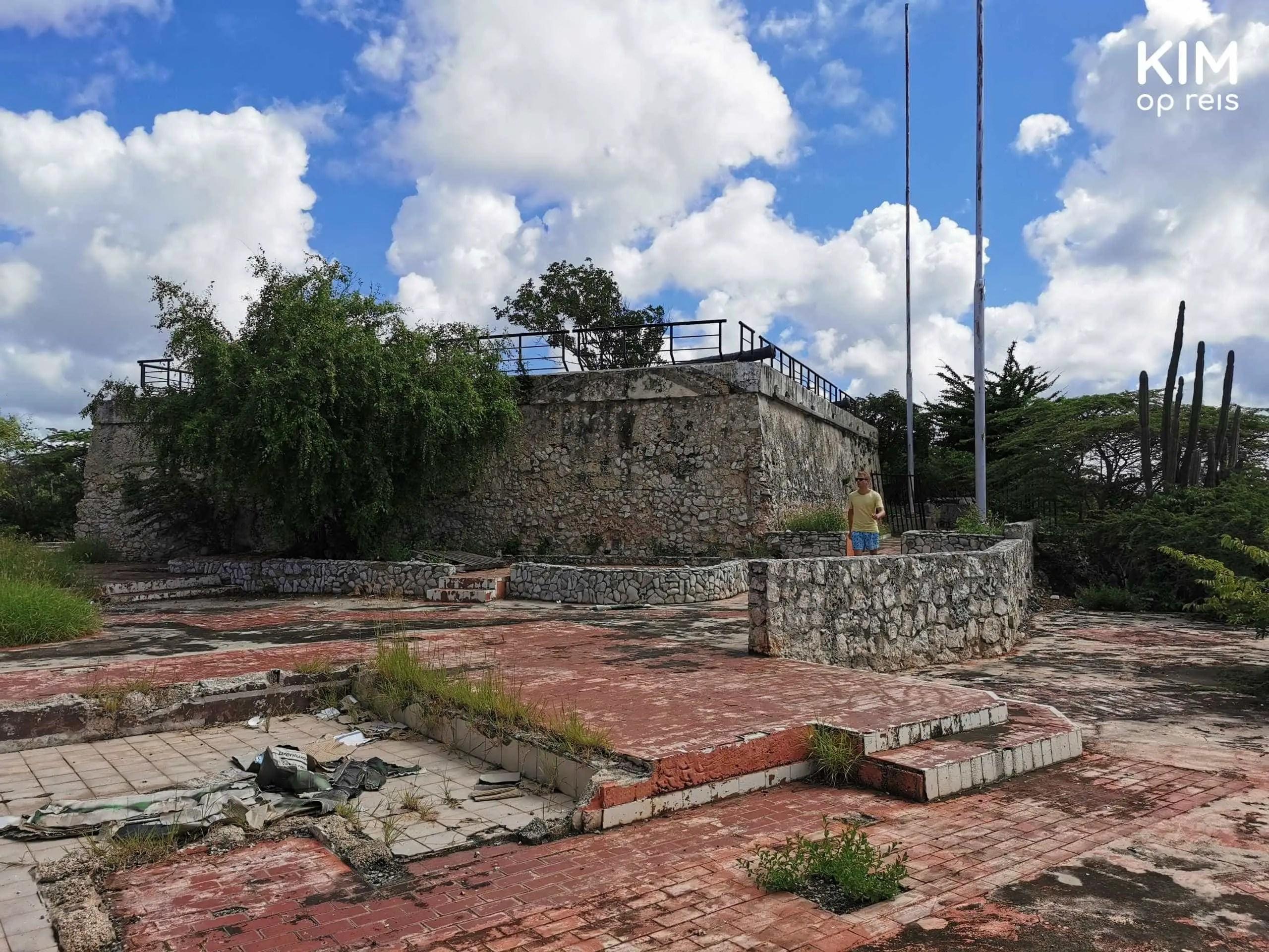 Curaçao Fort Waakzaamheid Willemstad: man loopt langs de restanten van het fort