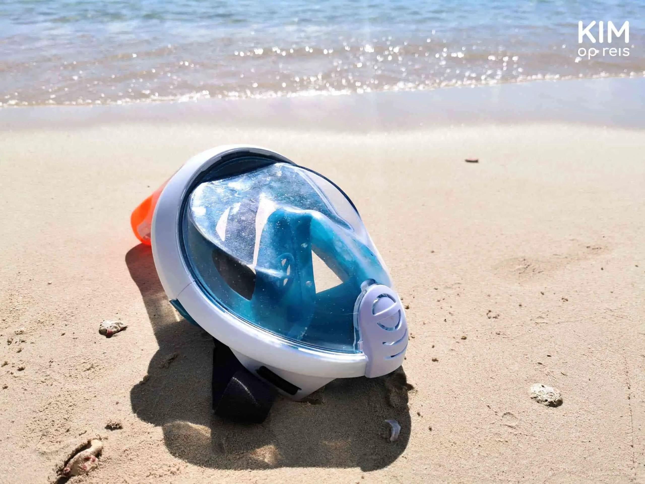 snorkelmasker Curaçao: blauw snorkelmasker ligt op het strand