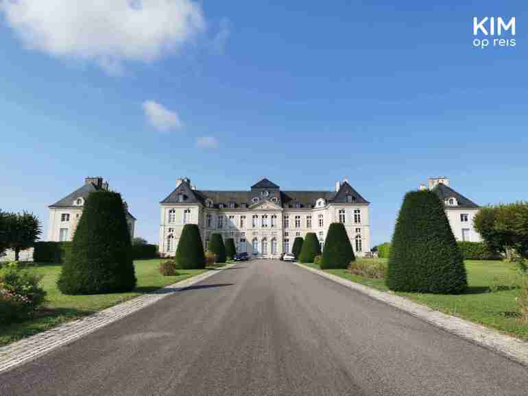 Kasteel Brienne-le-Château: lange oprijlaan met in de verte een kasteel