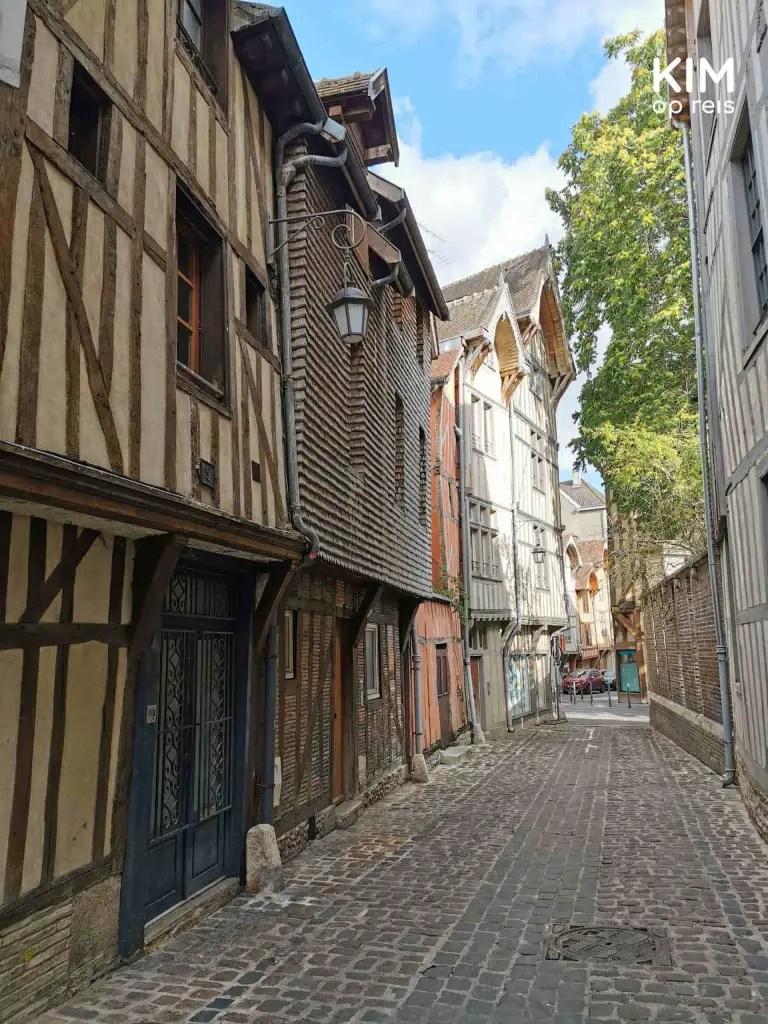 Scheve vakwerkhuizen Troyes: leeg straatje met aan de linkerkant oude vakwerkhuizen met balken