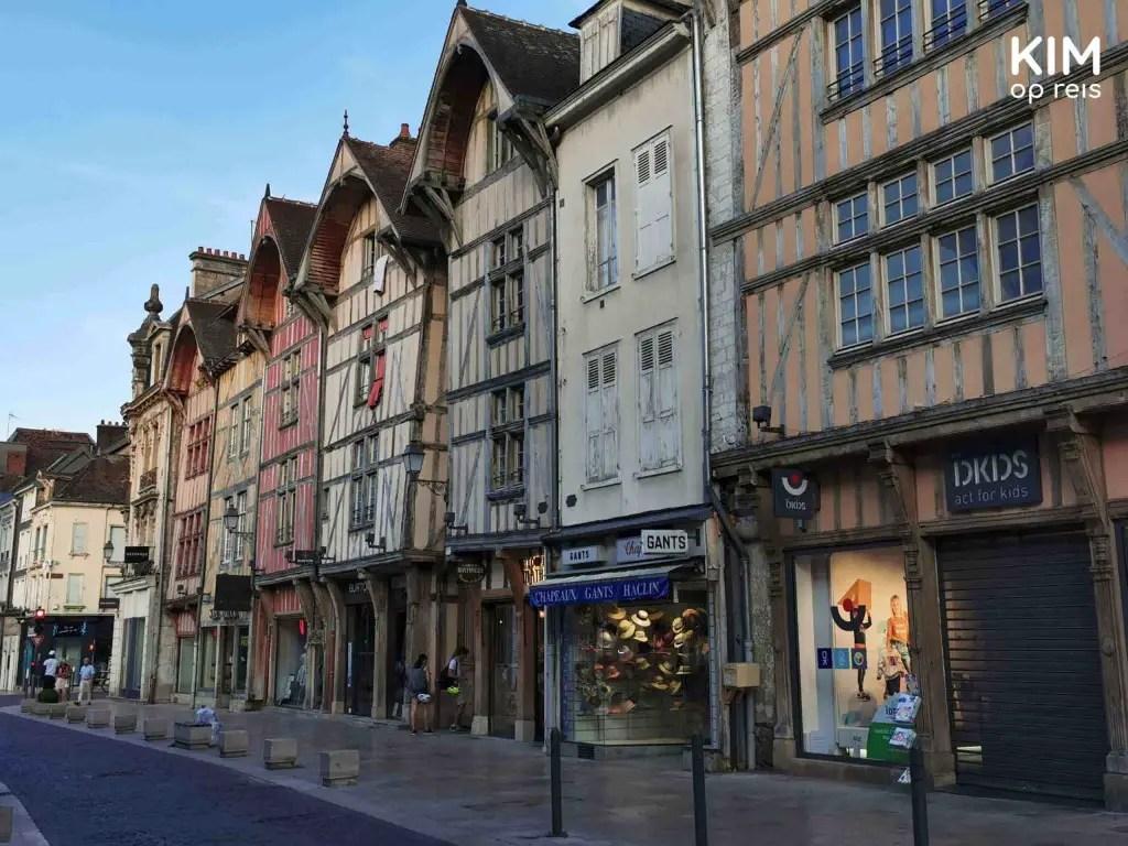 Winkelstraat Troyes avond: vakwerkhuizen met aan de onderkant winkeletalages