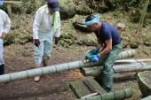 そうめん流しの準備。竹を切り出すのも、地元の人はお手のもの。