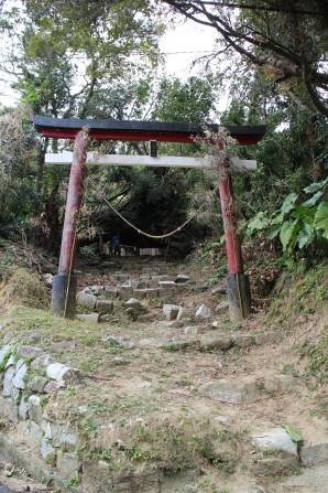 子どもたちの今日の大浦探検のメインポイント・八幡神社