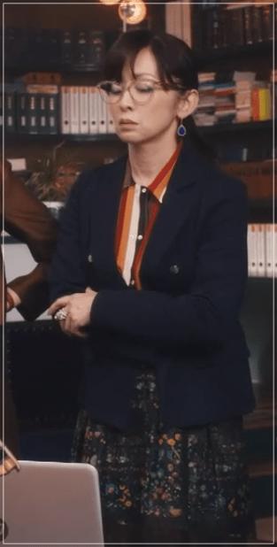 QUEEN[2話]斉藤由貴が着用の服!ブランドやアクセサリーも!1-2