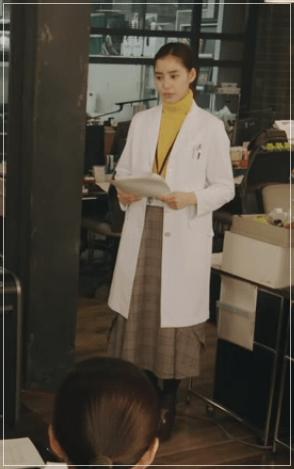 トレース[8話]新木優子のおしゃれな衣装!眼鏡にマフラーやバッグも2