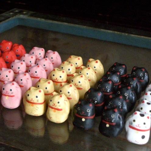招き猫のフェーブ Feve of Beckoning cat Size :2.2×1.5×1.5cm/Color : white , black , red , yellow , pink/Materials:porcelain  ¥500+Tax  FEVE-1 白(右/左)/FEVE-2 黒(右/左)/FEVE-3 赤(右/左)/FEVE-4 黄(右/左)/FEVE-5 桃(右/左)