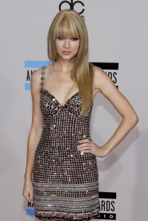 Taylor Swift's straight hair glowed as she performed at the 2010 American