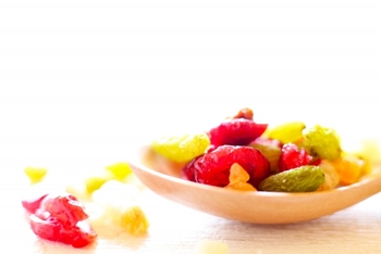 ピッタ過剰を抑えるには果物は酸っぱいものを避け、甘いものがいいでしょう。ドライフルーツはピッタの人にオススメです。火を通したものより、生のものを多く食べるように心掛けましょう。