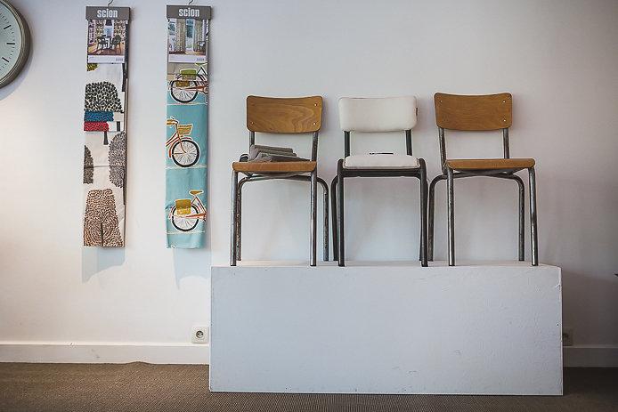 Chaises d'écolier et papier peint chez Bridge & Jones à Biarritz.