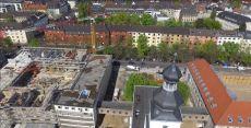 Die Kirche. Und links der neue Supermarkt im Bau.