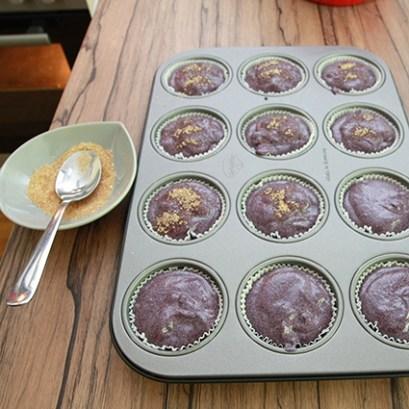 Brauner Zucker auf Blaubeermuffins