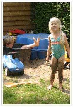 Als het zwembad schoon moet blijven, is een modderbak een goede aanvulling. Want modder blijft toch een zekere aantrekkingskracht uitoefenen.