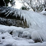 Wintertour mit der Familie: Meterhohe Eiszapfen hängen an den Felsen vom Eistobel. foto (c) kinderoutdoor.de
