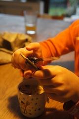 Jetzt das Stöckchen für das Vogelhäuschen schnitzen.  foto (c) kinderoutdoor.de
