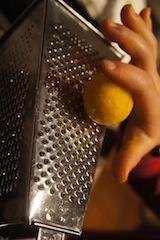Nun bekommt unsere Orange aus Marzipan ihre typische Oberfläche. foto (c) kinderoutdoor.de