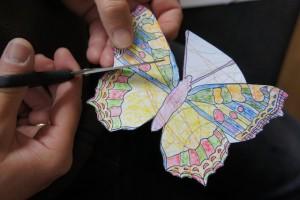 Nun schneiden die Kinder den Schmetterling aus. Foto (c) kinderoutdoor.de