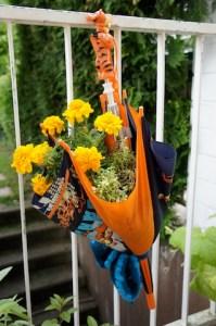 Upcycling ist keine Hexerei: Aus einem alten Regenschirm der Kinder entsteht ein Pflanzgefäß. Foto (c) kinderoutdoor.de