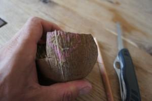 Zuerst zeichnen wir den Anhänger auf die Kokosnuss. Foto (c) kinderoutdoor.de