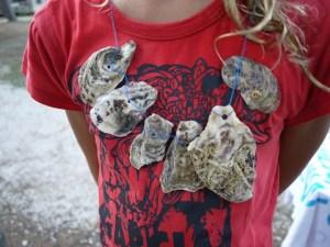So sieht die Muschelkette aus, welche die Kinder gebasteltet haben. Foto (c) kinderoutdoor.de