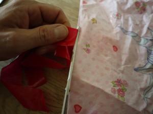 Mit Kindern Drachen basteln: Zuerst kommen die Henkel der Tüte weg, die verbessern die Flugeigenschaften weniger. Foto (c) kinderoutdoor.de