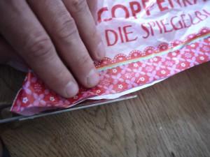 Die Kinder können mit dieser Bastelanleitung selbst den Drachen basteln. Hier schneiden wir den Boden der Plastiktüte ab. Foto (c) kinderoutdoor.de