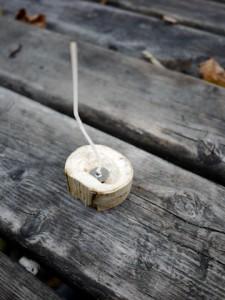 Bevor wir die Kerzen mit den Kindern gießen, bereiten wir unsere Teelichtform vor. Foto (c) kinderoutdoor.de
