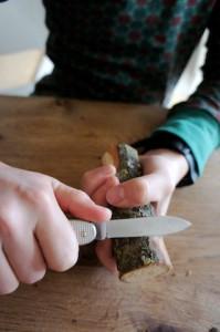 Mit dem Taschenmesser schnitzen wir die Rinde ab. Foto (c) kinderoutdoor.de