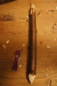 Werken mit Kinder: Wir spitzen den Haselnuss-Ast mit dem Taschenmesser an.  Foto (c) kinderoutdoor.de