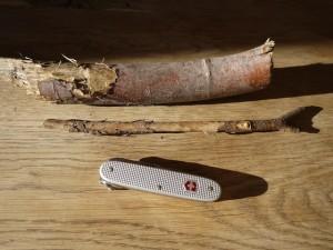 Schnitzen mit dem Taschenmesser: Hier ist alles was Ihr braucht, um mit den Kindern eine Haarspange zu schnitzen.  Foto (c) kinderoutdoor.de