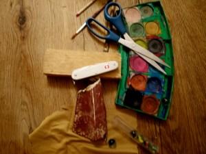 Kinder schnitzen mit dem Taschenmesser eine Rennmaus. Hier seht Ihr das Material dazu. foto (c) kinderoutdoor.de