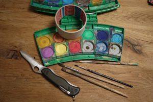 Kinder basteln mit dem Taschenmesser einen Armreifen. Hier ist das Material dazu. foto (c) kinderoutdoor.de