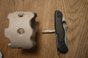 Kinder basteln mit dem Taschenmesser und schnitzen Muster in die Papprolle. foto (c) kinderoutdoor.de