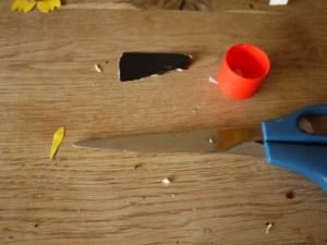 Jetzt schneiden die Kinder mit der Schere den Schnabel aus. foto (c) kinderoutdoor.de