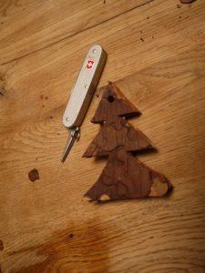 Der Weihnachtsbaumanhänger ist fertig ausgeschnitten.  foto (c) kinderoutdoor.de
