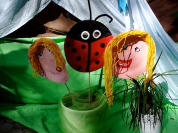 Masken aus Pappteller basteln: Die Kinder können sich hier kreativ verwirklichen. foto (c) kinderoutdoor.de