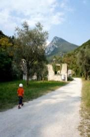 Wandern mit Kindern am Gardasee: Immer wieder trefft Ihr auf Ruinen der früheren Papierwerke. foto (c) kinderoutdoor.de