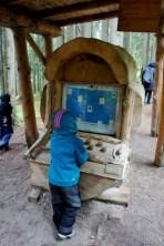 Mit Kinder wandern am Sattelberg bei Ramsau am Dachstein lässt die Familie staunen: Da gibt es einen Cpmputer aus Holz. foto (c) kinderoutdoor.de