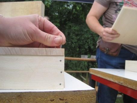 Zuerst die Ecken mit Nägel fixieren, dann hält die Bodenplatte besser. foto (c) kinderoutdoor.de