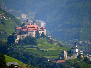 Wandern mit Kindern in Südtirol. Auf dem Weg zum Bergwerk von Villanders habt Ihr diesen genialen Blick auf das Kloster Säben. foto (c) kinderoutdoor.de