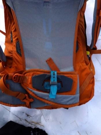 Kleine, aber sinnvolle Details wie hier die Stockhalterung machen den Thule Capstone 50 L zu einem besonders praktischen Rucksack. foto (c) kinderoutdoor.de
