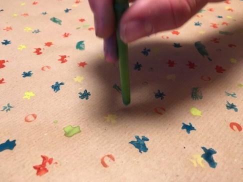 Nicht zu fest drückt Ihr die Blütenstempel auf das Papier. foto (c) kinderoutdoor.de