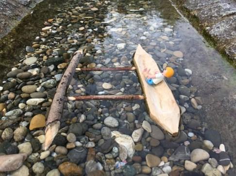 Optimal liegt unser geschnitztes Boot, trotz Passagier, im Wasser. foto (c) kinderoutdoor.de