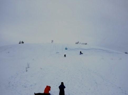 In eine Schneeverwehung lässt sich wunderbar eine Höhle graben. foto (c) Kinderoutdoor.de