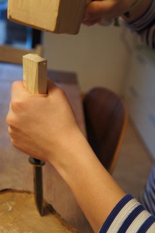 Klopft langsam und vorsichtig immer wieder auf den Holzgriff. foto (c) kinderoutdoor.de