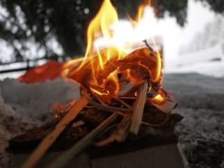 Das Feuer brennt, trotz Minusgrade und Schnee. foto (c) kinderoutdoor.de