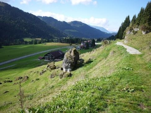 Gemütlich geht es mit dem Kinderwagen oberhalb von Balderschwang im Allgäu entlang. foto (c) kinderoutdoor.de